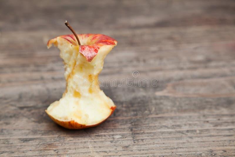 Jabłczany sedno na stole obrazy royalty free