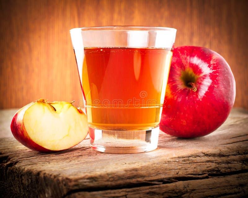 Jabłczany sok i świezi organicznie dojrzali jabłka obraz royalty free