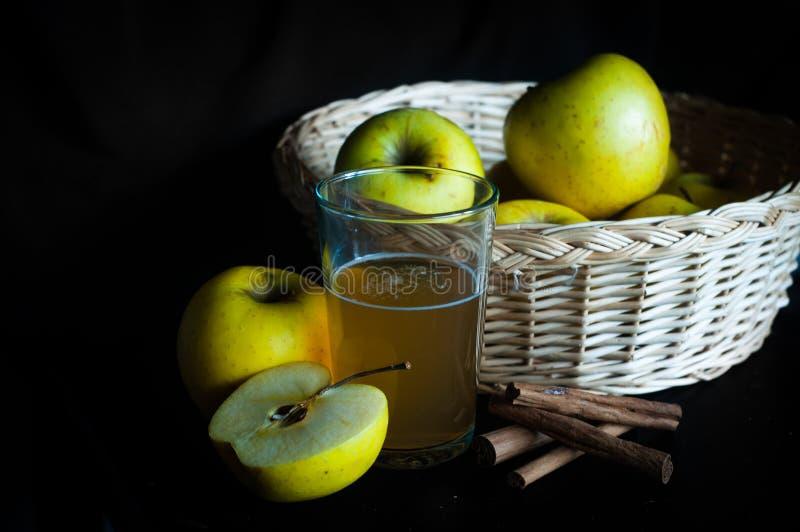 Jabłczany sok w szkle z jabłkami zdjęcie royalty free