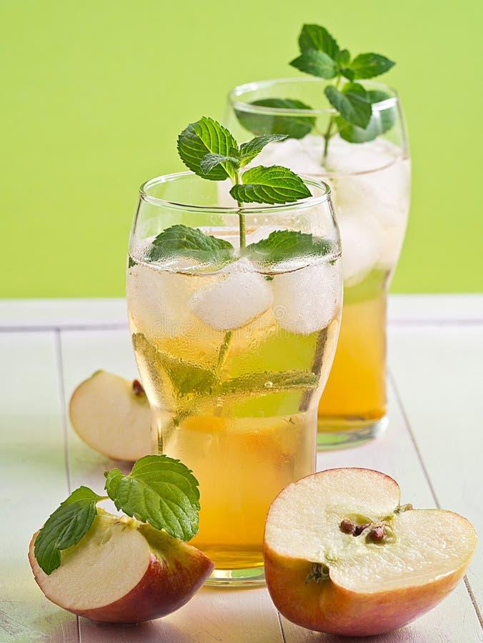 Jabłczany sok z Jabłczanymi plasterkami zdjęcie royalty free