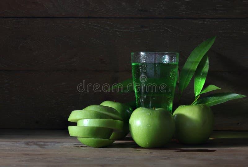 Jabłczany sok z wiele zielonymi jabłkami z kroplami woda zdjęcie stock