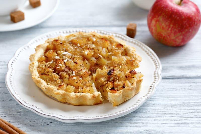 Jabłczany tarta na talerzu zdjęcia royalty free