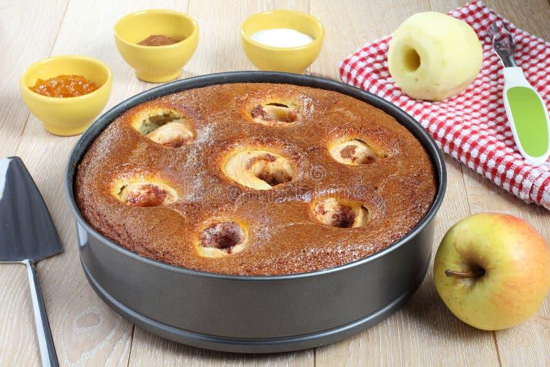 jabłczany tort w niecce obraz stock