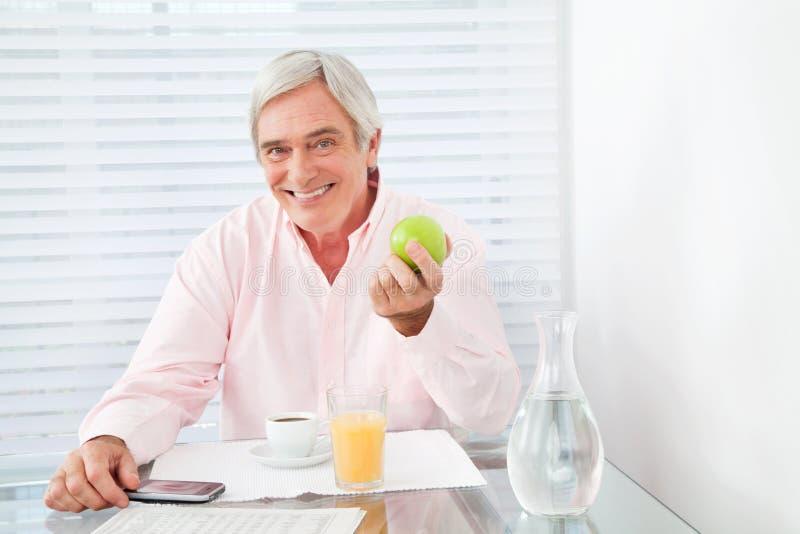 jabłczany zdrowy mienia mężczyzna senior fotografia stock