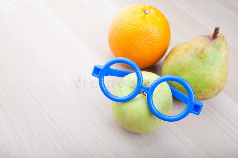 Jabłczanych pomarańczowych bonkret błękitnych szkieł drewniany stół obraz stock