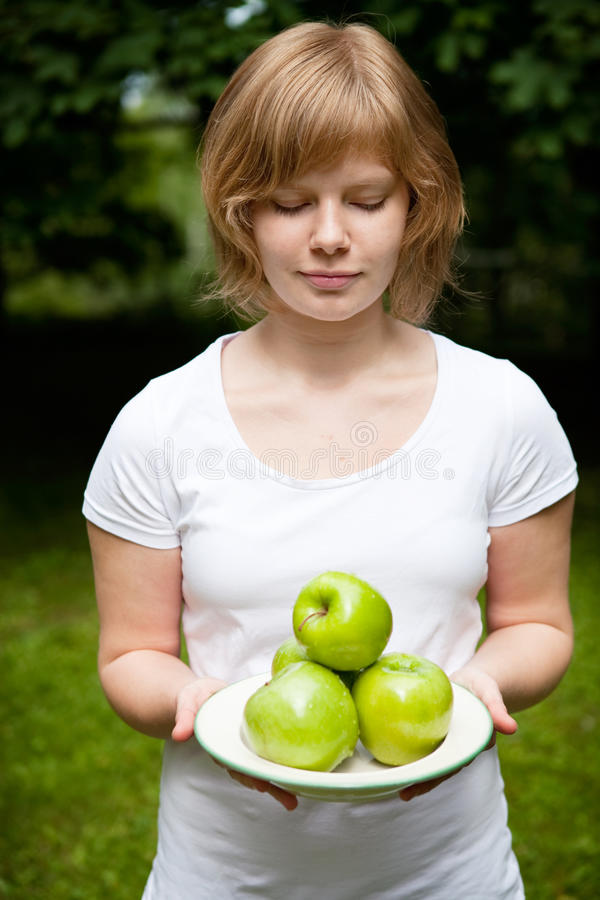 jabłek świeży dziewczyny zieleni mienie obraz stock