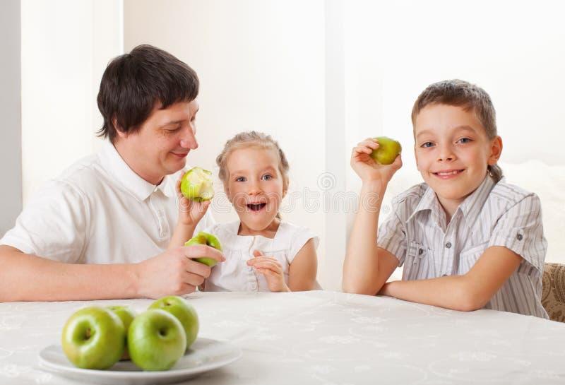jabłek dzieci target715_1_ rodzinną ojca domu kuchnię obrazy royalty free