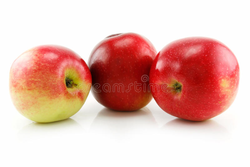 jabłek odosobniony czerwony dojrzały rzędu trzy biel zdjęcie stock