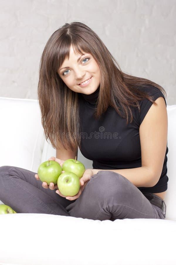jabłek pięknej dziewczyny zielony ja target1268_0_ fotografia royalty free