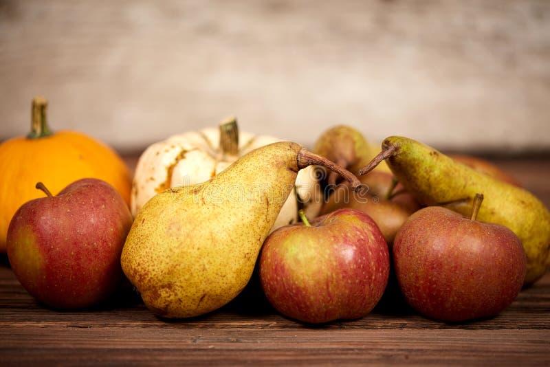 Jabłka i à ¼ ucho na stole jako rustical tło obraz stock