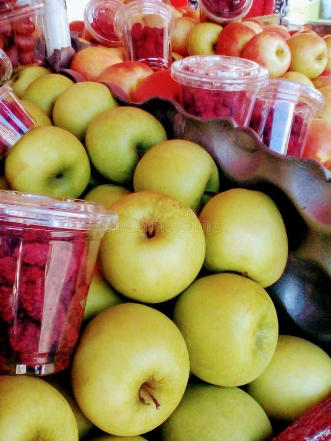 Jabłka i bowbowseeds przy wprowadzać na rynek gotowego dla sprzedawać w Tanzania contry zdjęcia stock