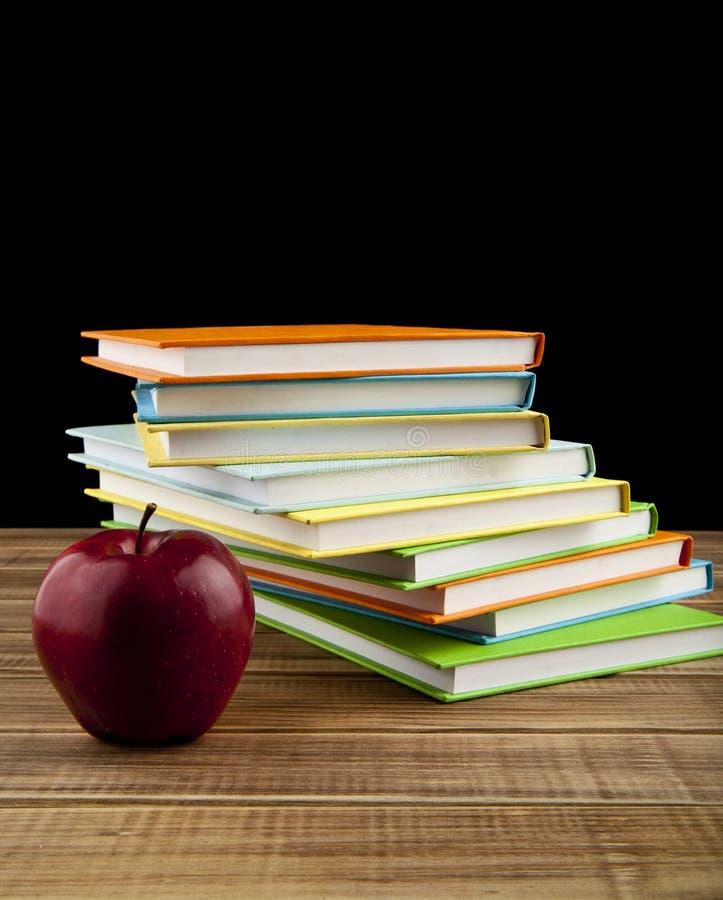 Jabłka i książki zdjęcie stock