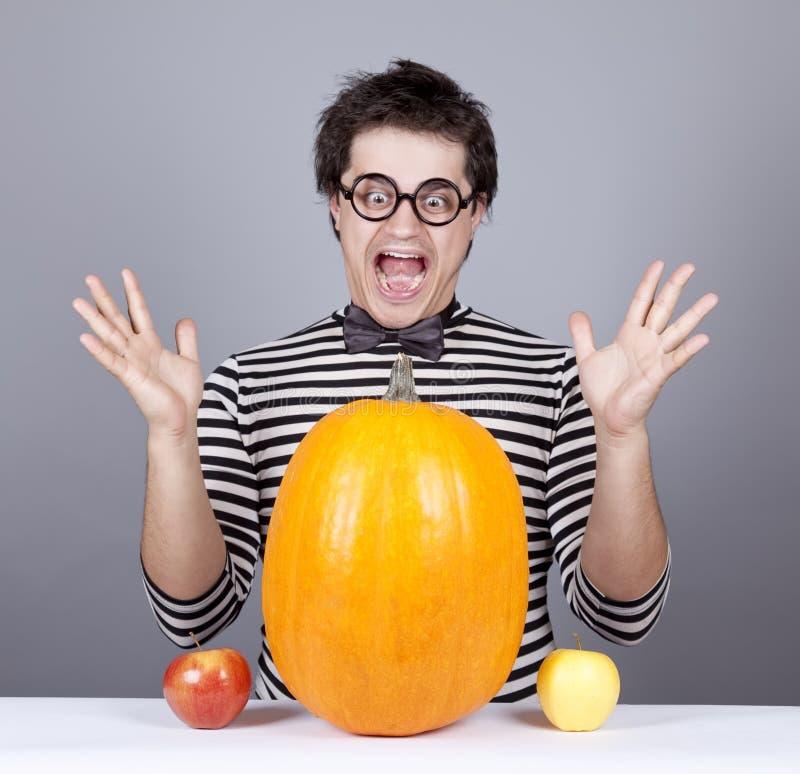 jabłka jedzą dyniowych szalenie mężczyzna target76_0_ potomstwa zdjęcie royalty free