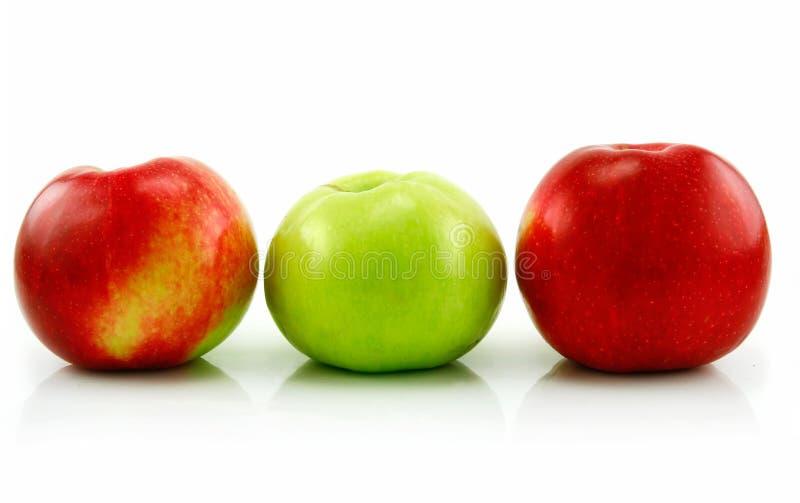 jabłka odizolowywali rzędu dojrzałego biel trzy fotografia royalty free