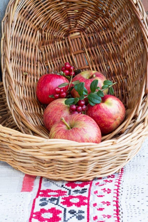 Jabłka w łozinowym talerzu zdjęcie royalty free