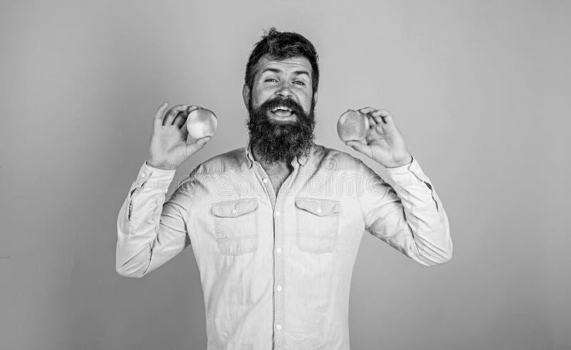 Jabłko przeciwutleniacz powiększa odpowiedzialnych świadczenia zdrowotne Odżywczy wybór Mężczyzna z broda modnisia chwyta jabłcza zdjęcia stock