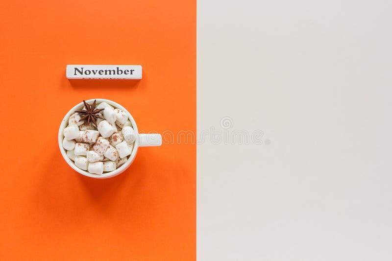 jab?czanego jesie? ?wieczek sk?adu susi li?? target2422_0_ waz? Drewniany kalendarzowy miesiąc Listopad i filiżanka kakao z marsh obraz royalty free