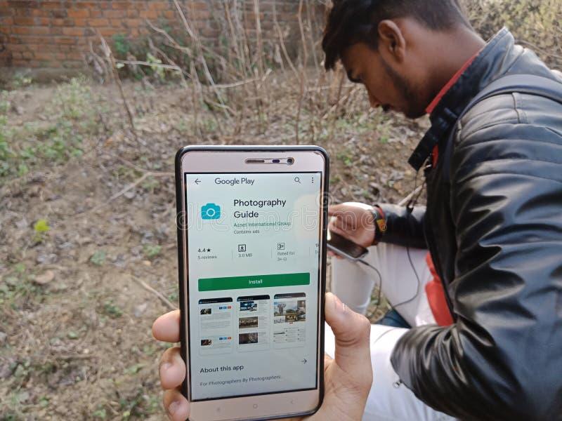 jabalpur, Indien - Dezember 2019: App für Fotografie auf Smartphone-Bildschirmen mit festliegendem Mobiltelefon lizenzfreies stockfoto