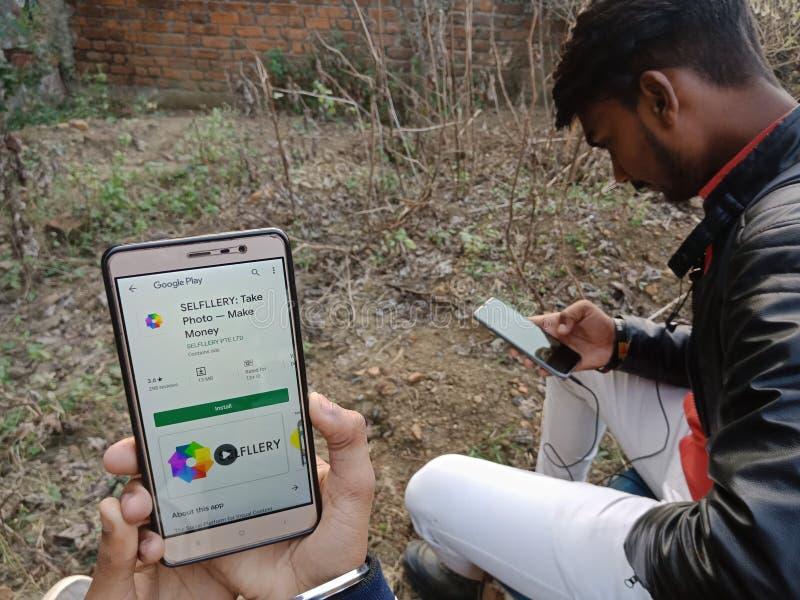jabalpur, Indien - Dezember 2019: Fotoapparat fotografiert App auf Smartphone-Bildschirm mit feststehendem Handy lizenzfreie stockfotografie
