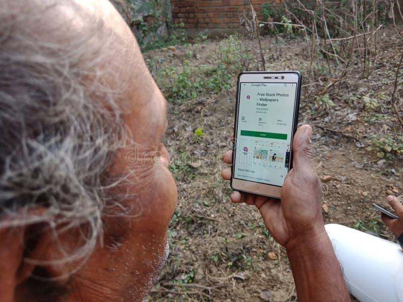 jabalpur, Indien - Dezember 2019: kostenlose Archivfotografie-App auf dem Smartphone-Bildschirm mit festem Handykonzept lizenzfreies stockfoto