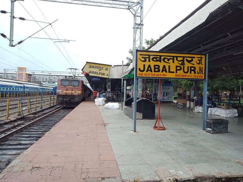 Jabalpur järnvägsstation, madhiyapradesh Indien solbränna två för kupor för presentationen för inbjudan för illustrationen för sk royaltyfria foton