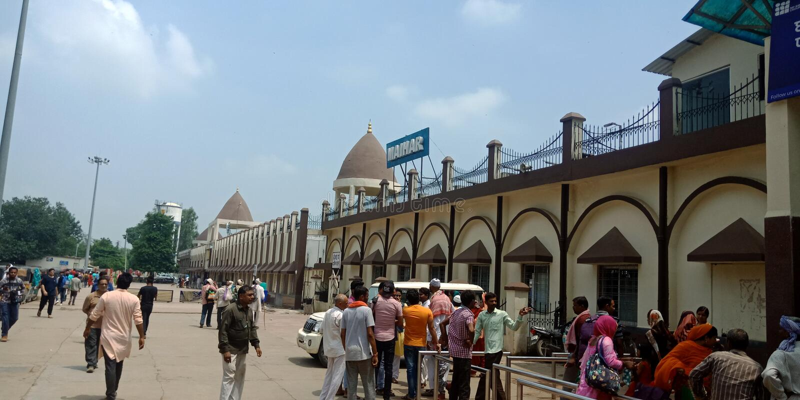Jabalpur stad på järnvägsstationen i den indianska folkmassan 2019 royaltyfri foto