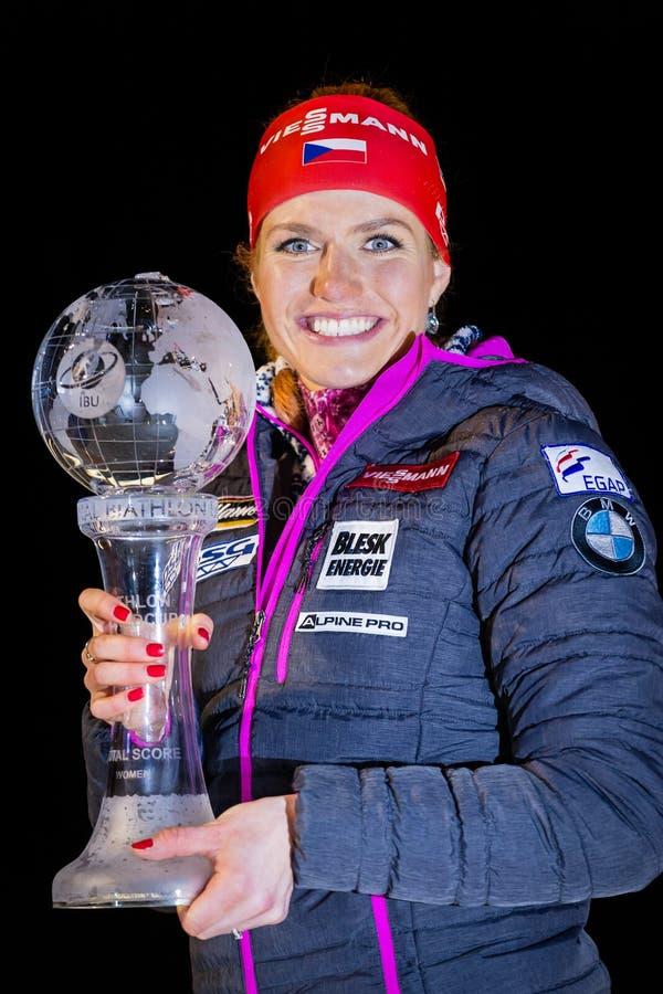 JABLONEC NAD NISOU, REPUBBLICA CECA - 23 MARZO: Il biathlete ceco Gabriela Koukalova Soukalova nata presenta il trofeo della copp fotografia stock libera da diritti