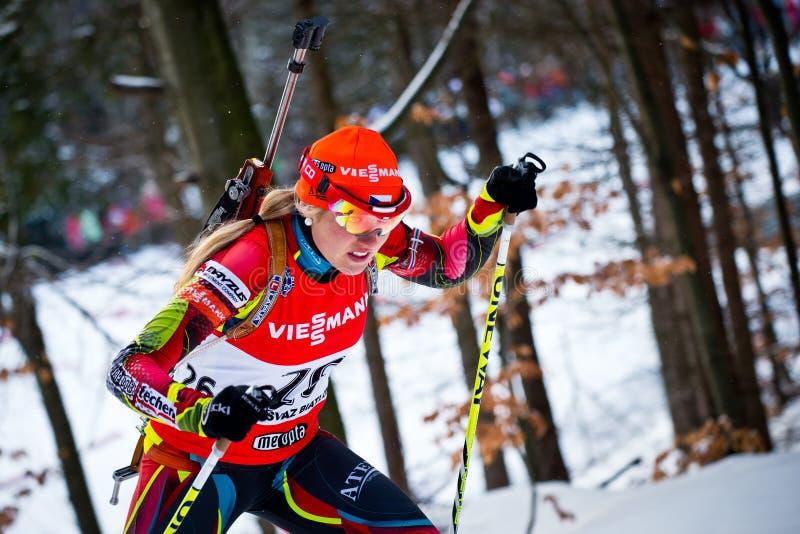 JABLONEC NAD NISOU, REPUBBLICA CECA - 22 MARZO: Il biathlete ceco Gabriela Soukalova scala la collina durante il biathlon ceco Cha fotografia stock libera da diritti