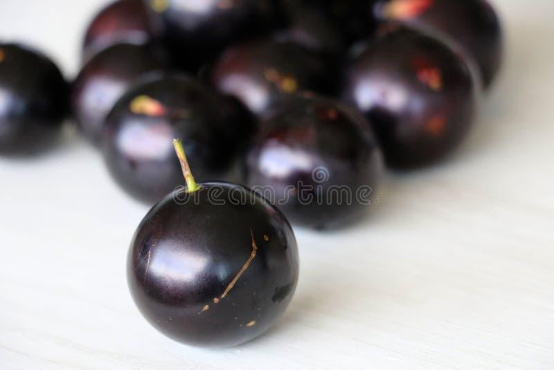 Jabuticaba o Jaboticaba è una frutta violaceo-nera e bianco-spappolata immagini stock libere da diritti