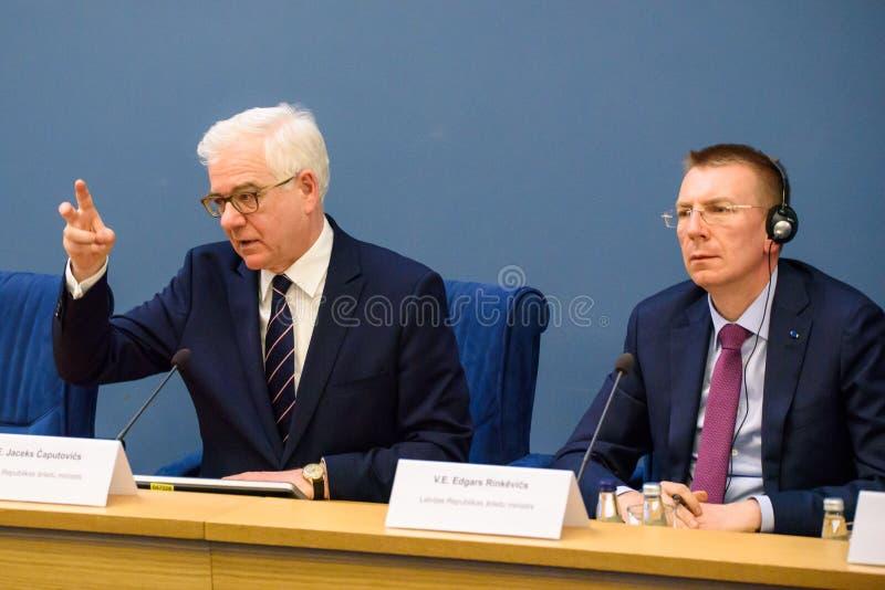Jacek Czaputowicz, el Ministro de Asuntos Exteriores de Polonia y Edgars Rinkevics, ministro de asuntos exteriores de Letonia foto de archivo