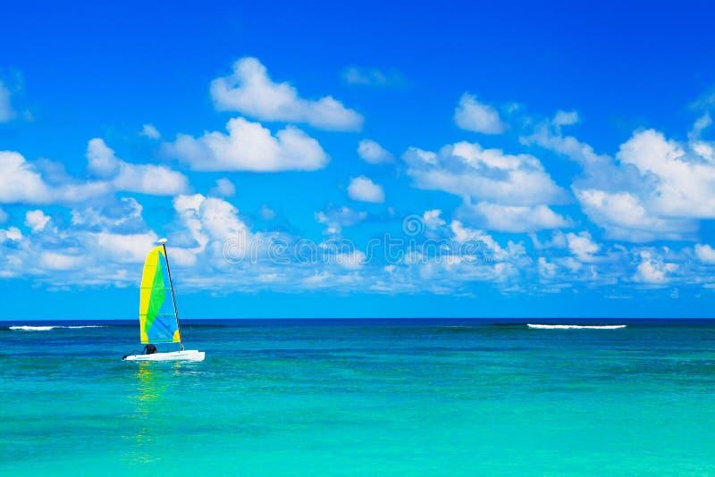 Jacht bij oceaan royalty-vrije stock fotografie