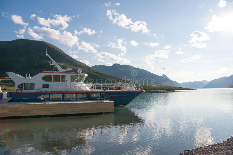jacht cumował w spokój wodzie Gjende Besseggen grani Jotunheimen jeziorny obywatel zdjęcie stock