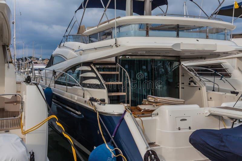 Jacht in de haven stock afbeelding