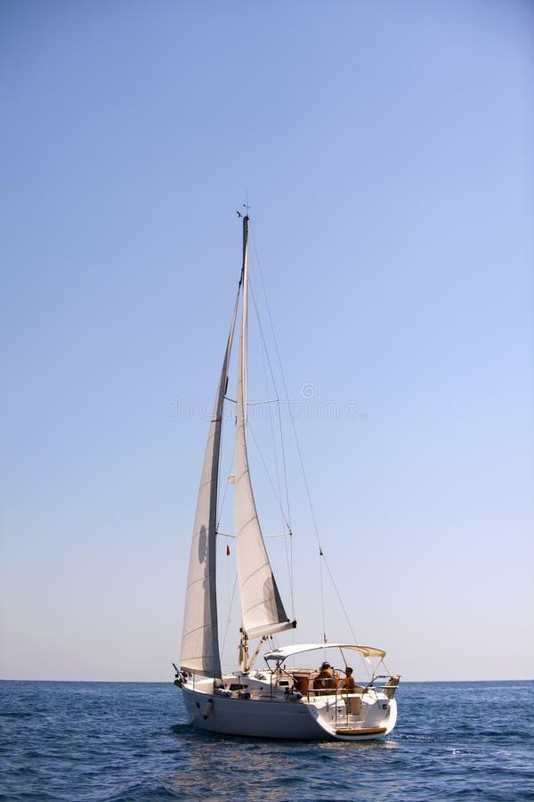 Jacht in de Middellandse Zee op blauwe hemelachtergrond royalty-vrije stock afbeelding