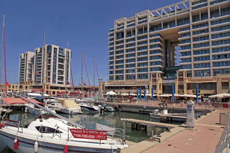 Jacht, deptak i Ritz-Carlton hotel w Herzliya Marina, Isra fotografia royalty free