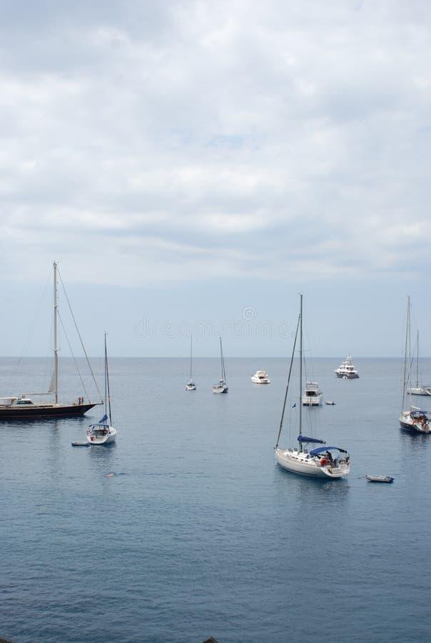 jacht dichtbij de havenstad van de kust van Mallor royalty-vrije stock fotografie
