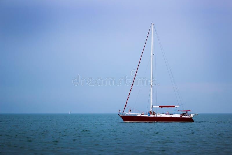 Jacht die bij golven van het overzees varen Zeevaartlandschap met zeilboot - kruisjacht die onder volledig zeil varen die aan reg stock afbeeldingen