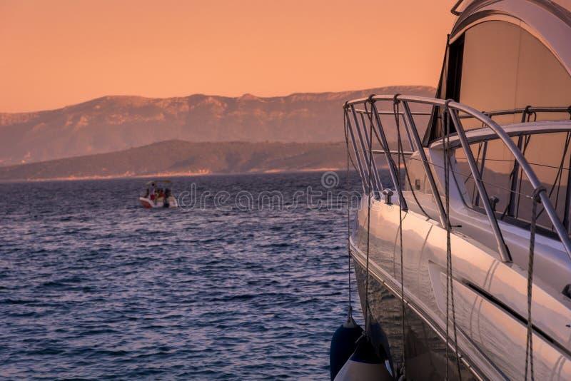 Jacht die in Kroatië, zomer rusten stock fotografie