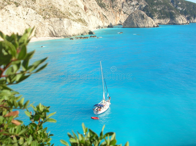 Jacht door de kustlijn van Lefkada stock afbeelding