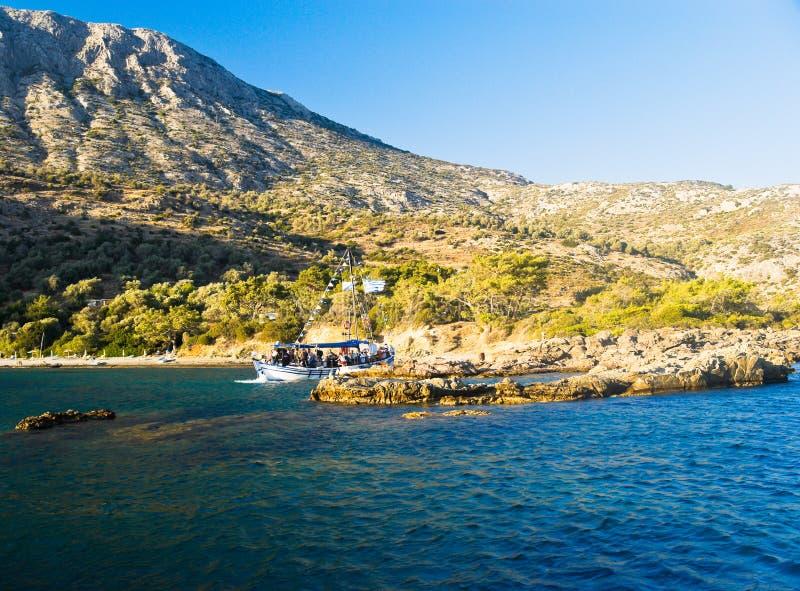 Jacht door Mediterraan Strand royalty-vrije stock foto