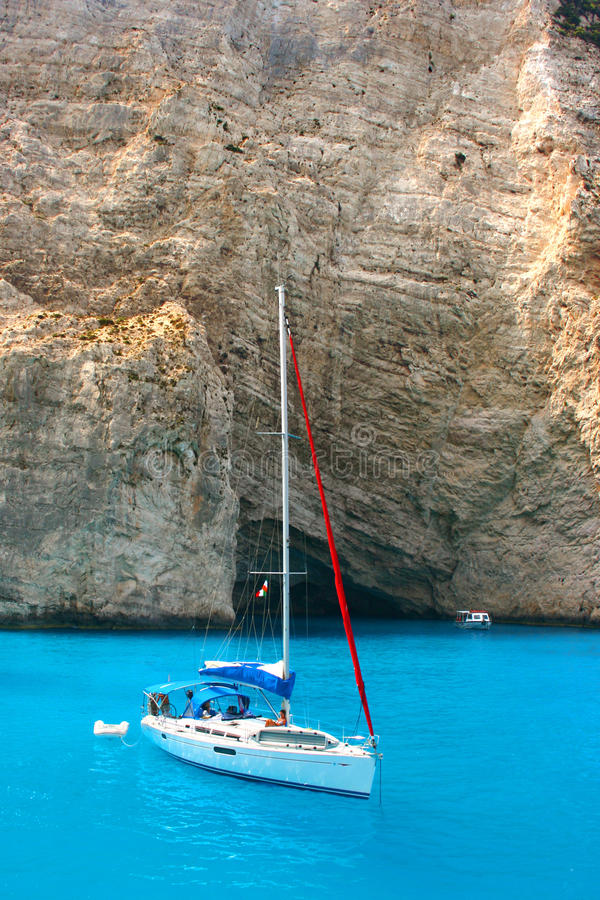 Jacht door Navagio Beach in Zakynthos stock foto's