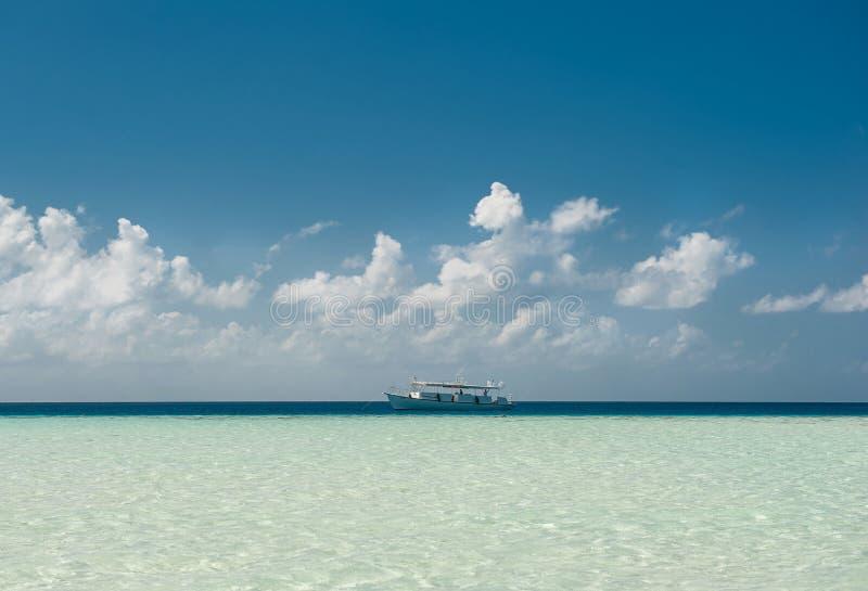 Jacht en blauwe wateroceaan Oceaan en perfecte hemel Blauwe overzees en wolken op hemel Tropisch strand in het eiland van de Mald stock foto's