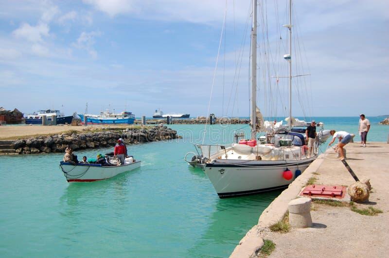 Jacht en vissersboot bij haven stock afbeeldingen
