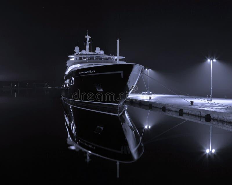 Jacht in haven royalty-vrije stock afbeeldingen