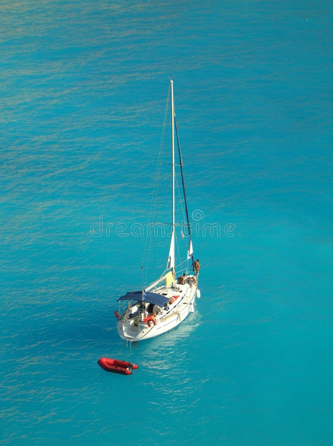 Jacht in lichtblauwe Ionische overzees stock foto