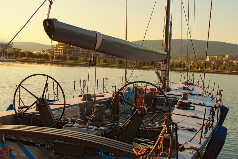 Jacht moremkowy Z pokładu jachtowego do łuku i żagli Narzędzia i wyposażenie na łodzi City Koper w tle zdjęcie royalty free