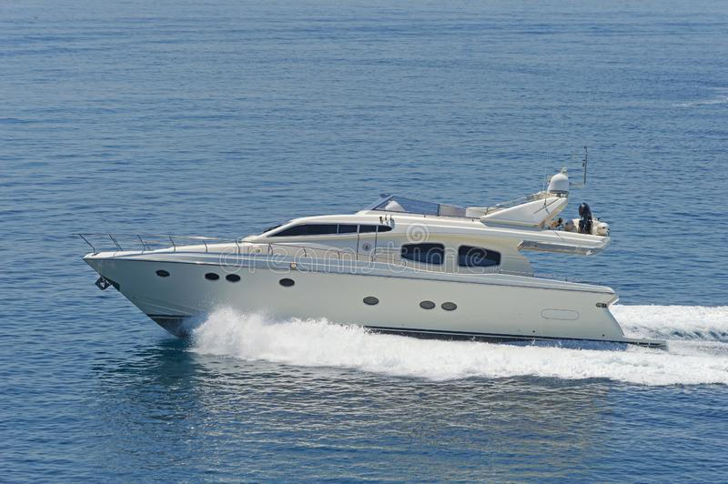 Jacht motorowy przejeżdżający z pełną prędkością zdjęcia royalty free