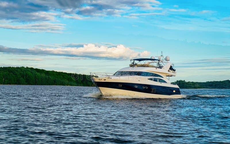 Jacht na Onega jeziorze Karelia i naturze, Kizhi, Rosja obrazy stock