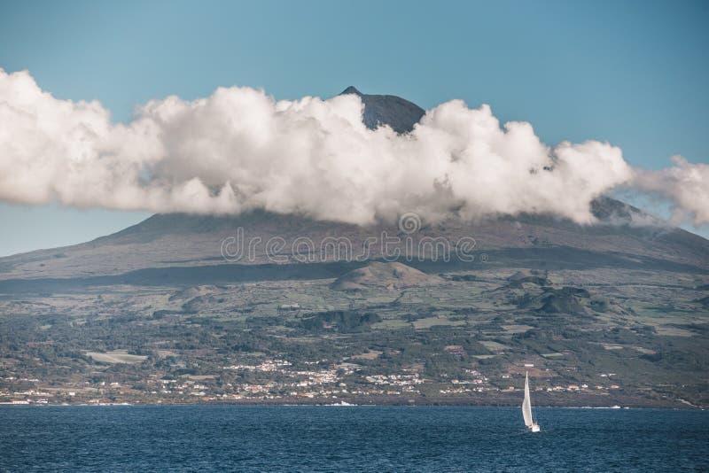 Jacht op de achtergrond van de vulkaan Pico stock foto