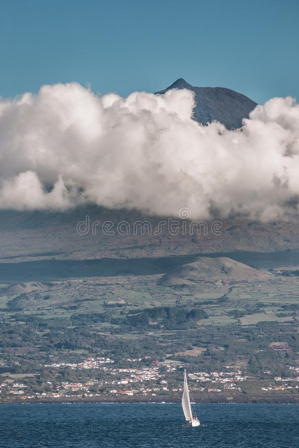 Jacht op de achtergrond van de vulkaan Pico stock afbeelding